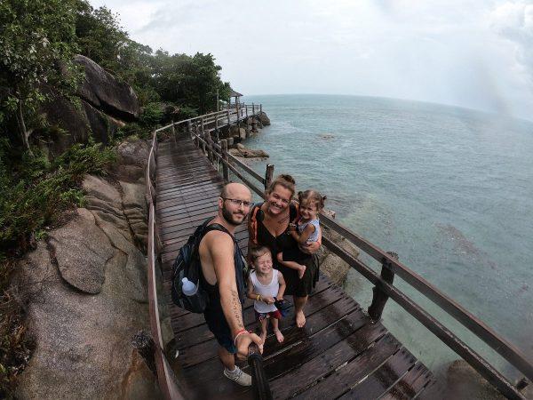 Famille en thailande au bord de la mer