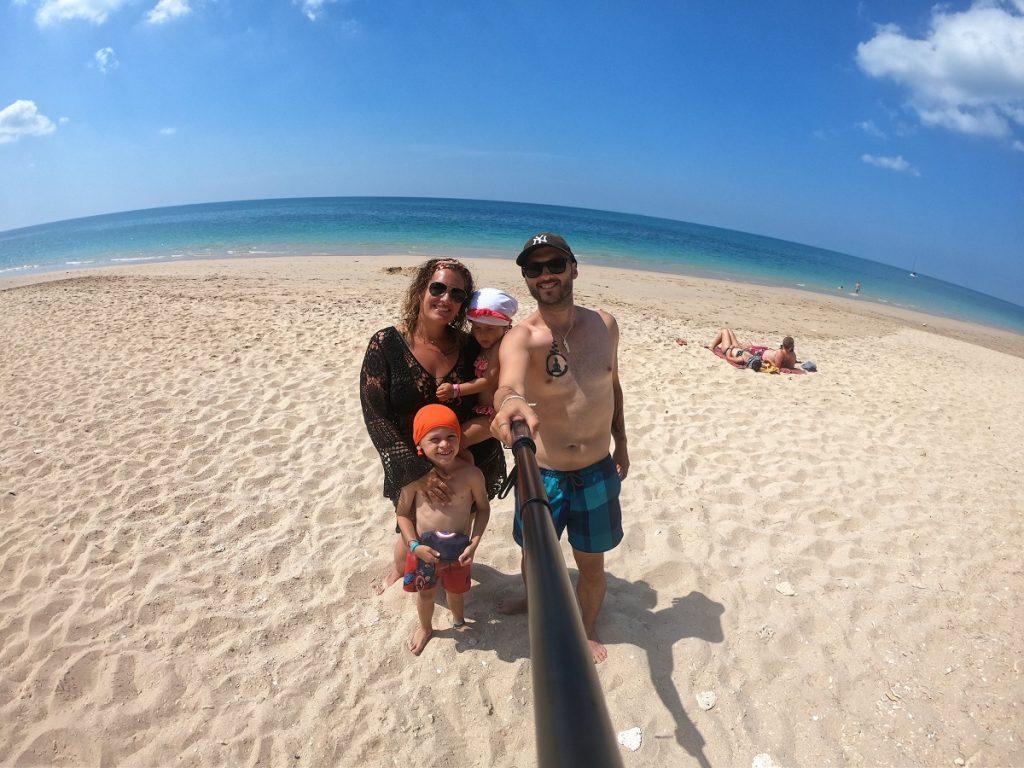 Famille en thailande à la plage