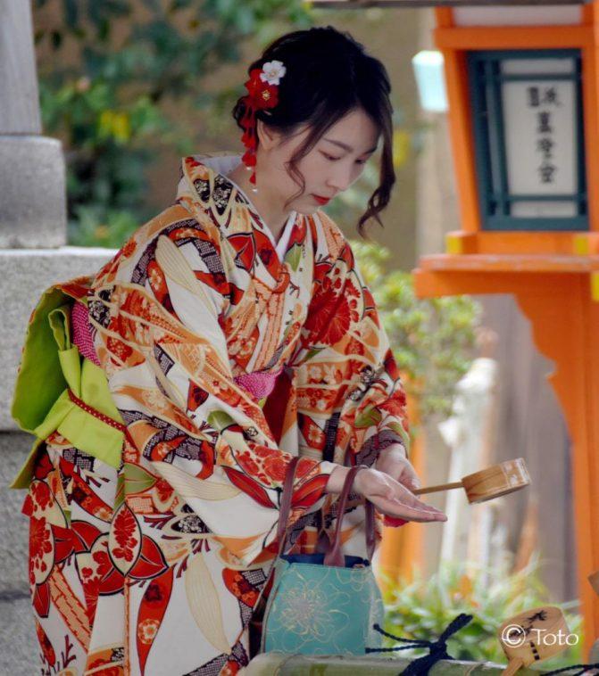 japonaise en kimono dans un temple