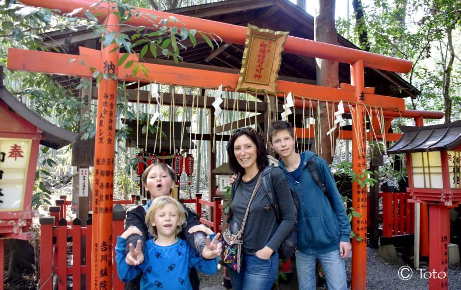 famille devant un temple orange a kyoto
