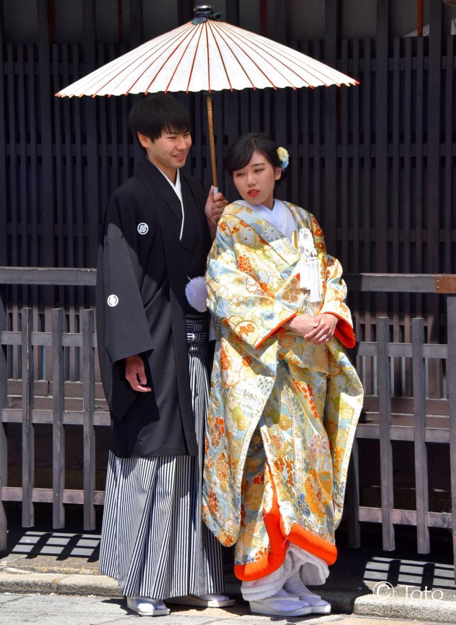 couple en kimono devant temple