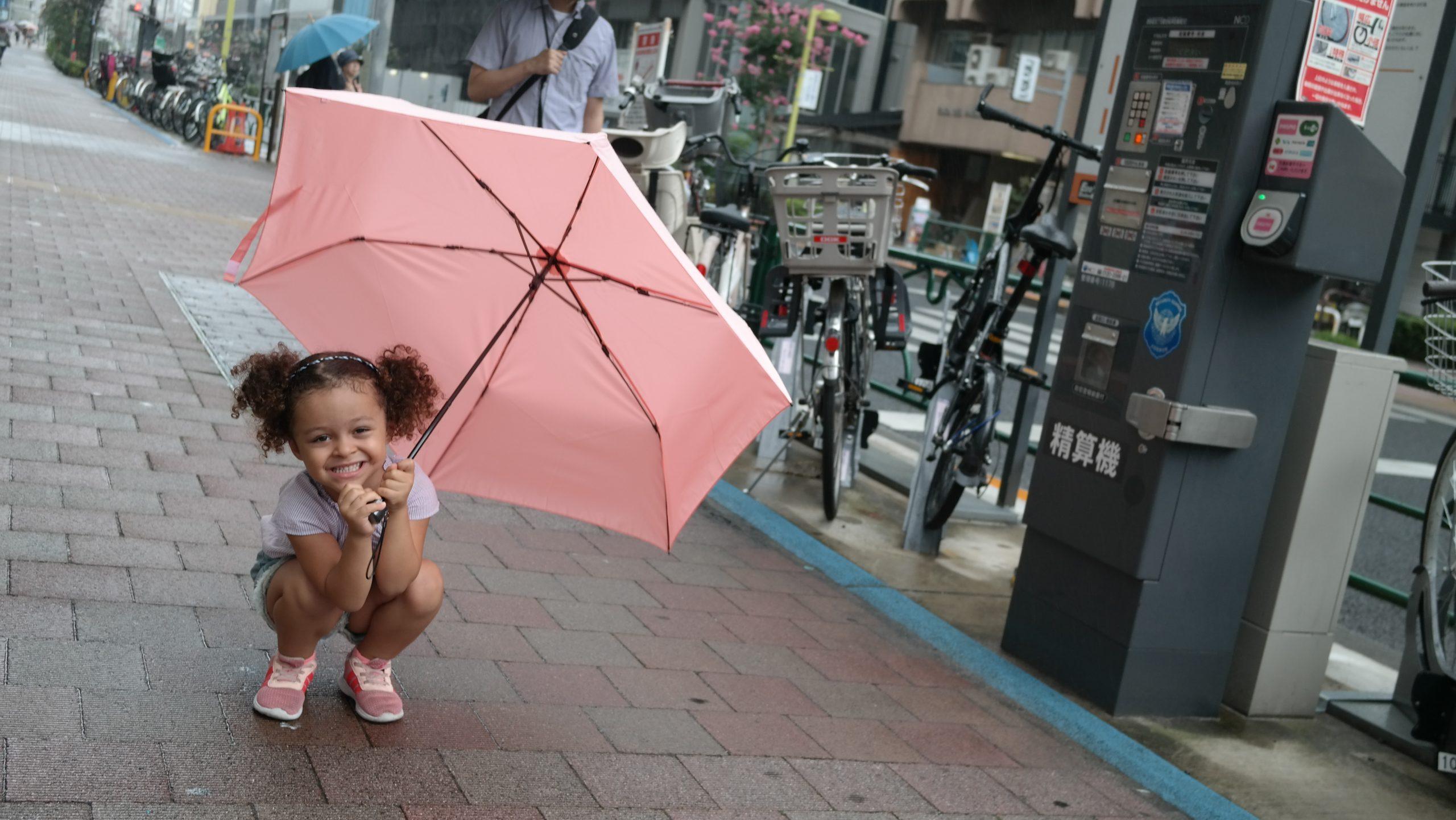 petite fille avec parapluie au japon