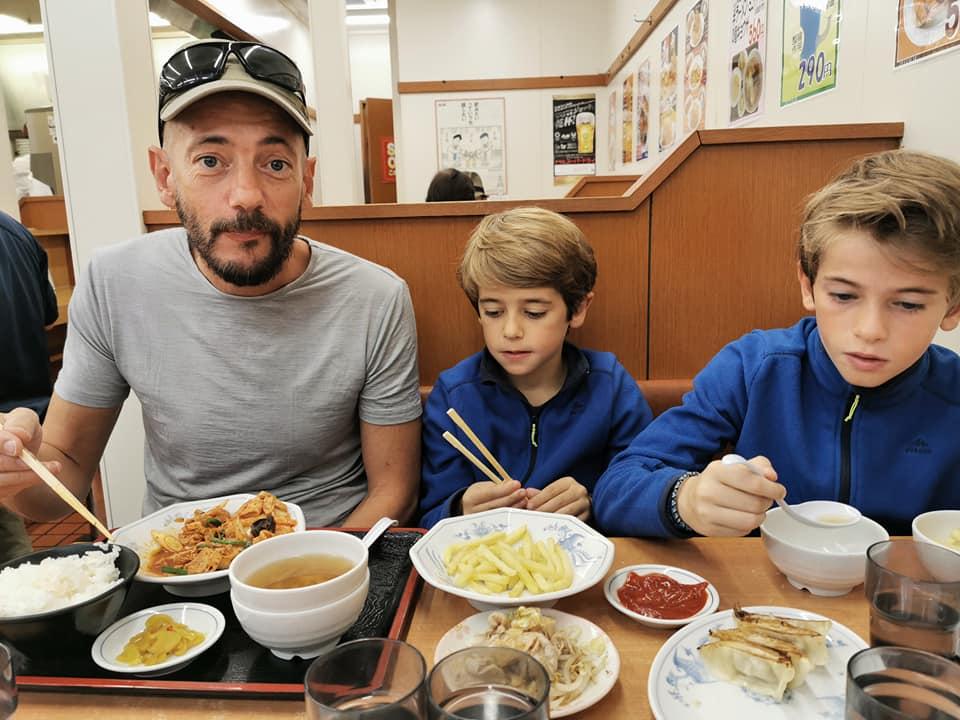 famille au restaurant au japon