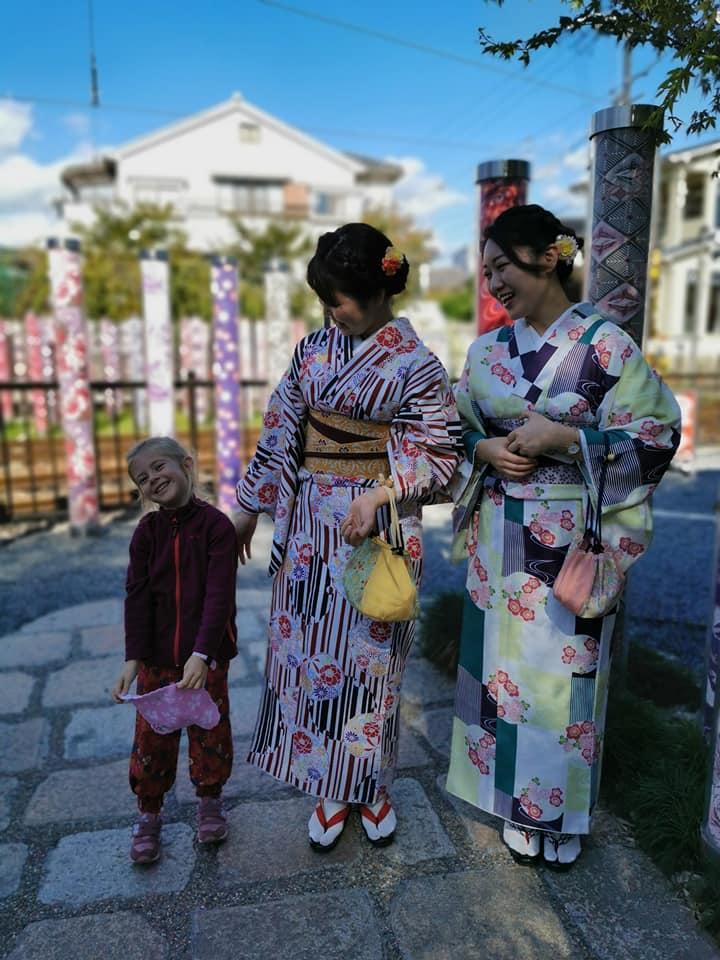 enfant avec deux femmes en kimono