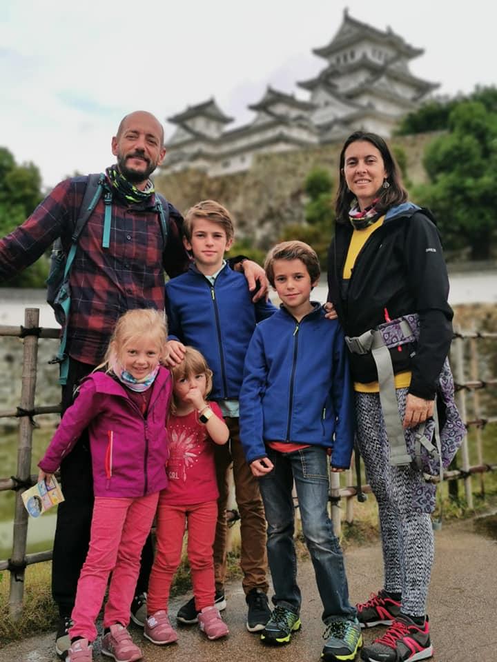 famille devant un temple au japon