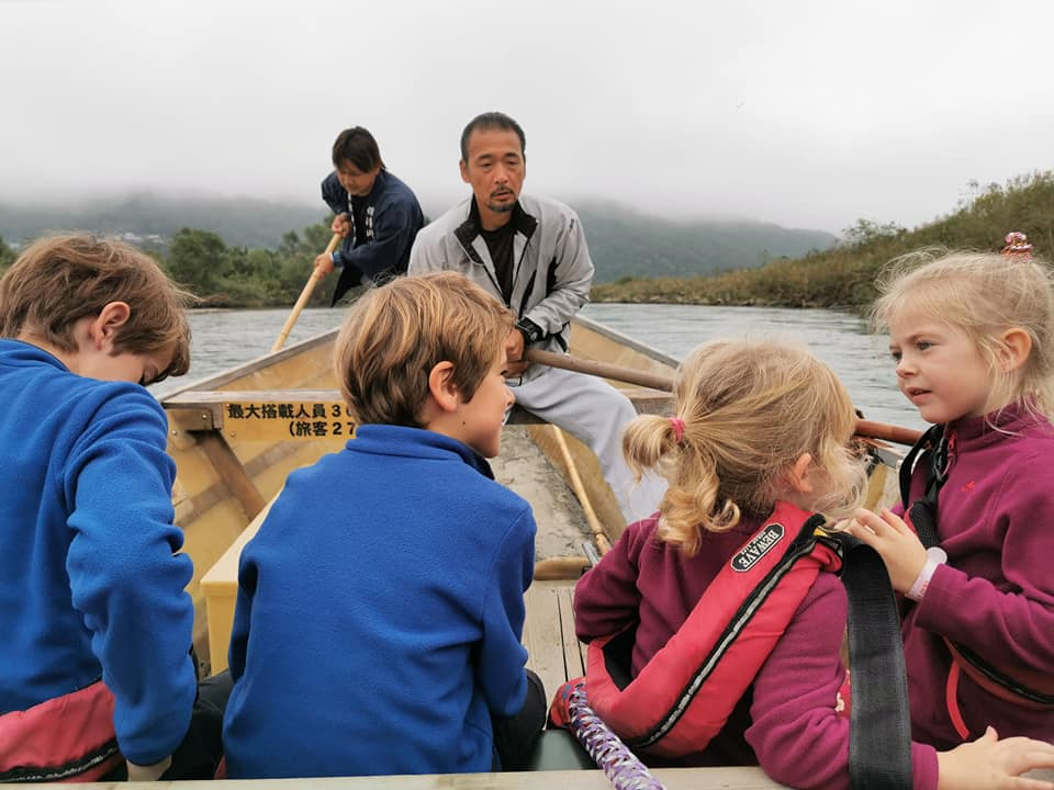 4 enfants sur barque kyoto