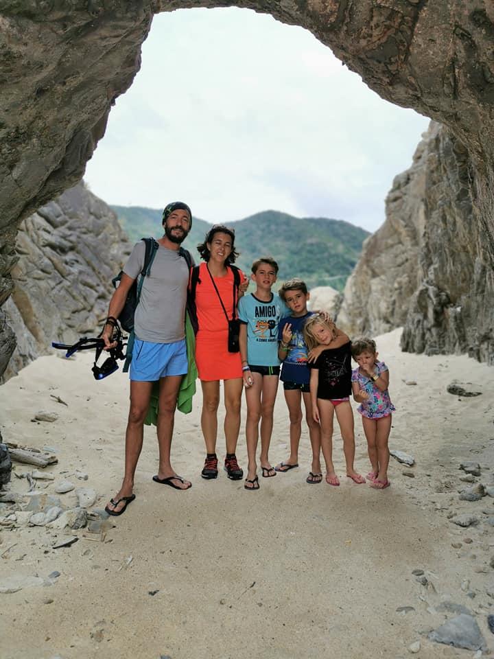famille 4 enfants sur la plage japon