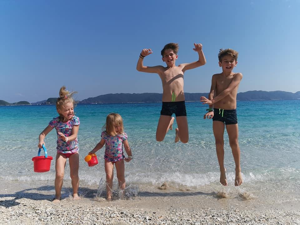 4 enfants sur une plage au japon