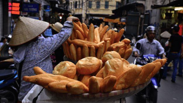 vendeuse de pain au vietnam sur velo