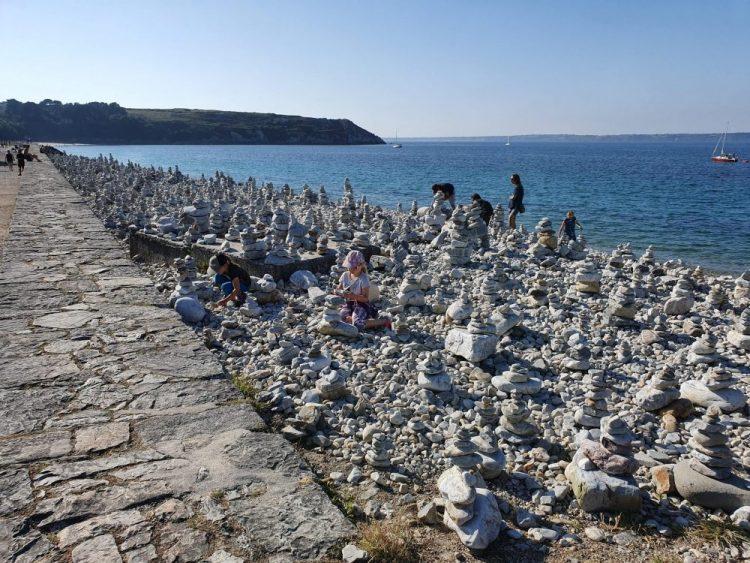 plage bretonne avec cairn