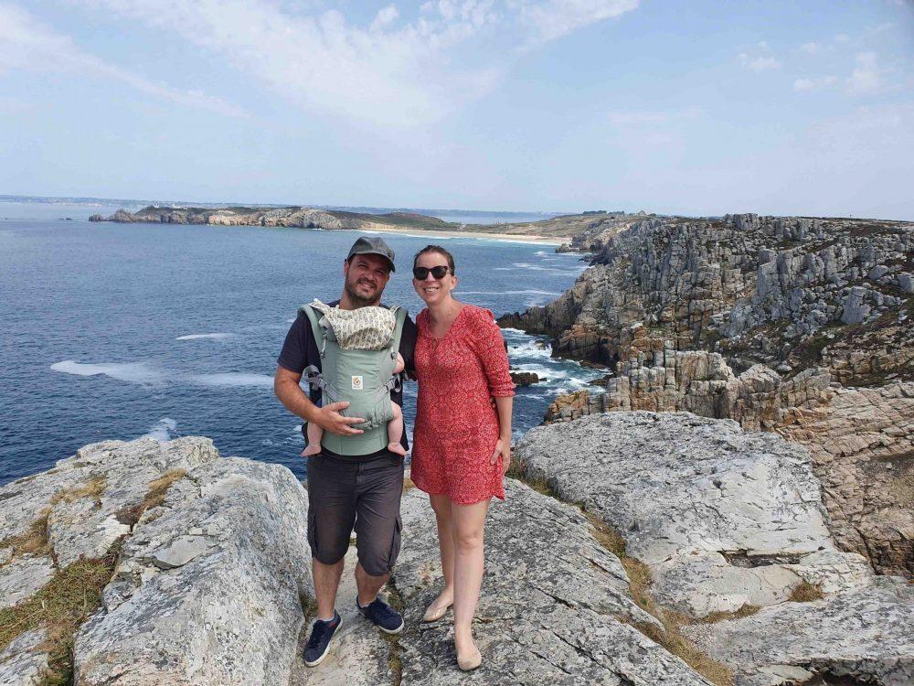 famille devant la mer en bretagne voyage en famille