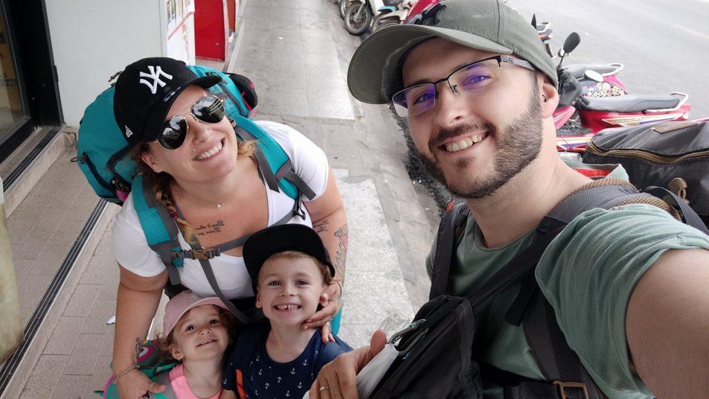 Famille en voyage en thailande en sac à dos