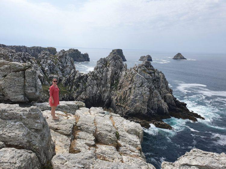 femme devant l'océan en bretagne voyage en famille