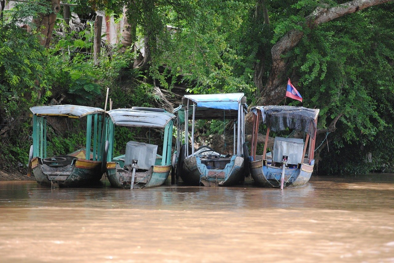 bateaux sur le mekong au laos voyage en famille