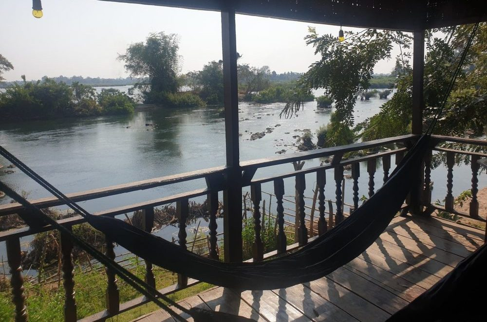 hamac au bord de la rivière voyage en famille