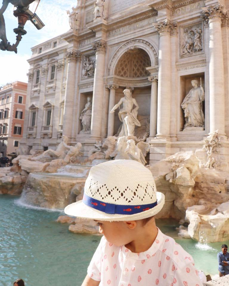 enfant devant fontaine de trevi a rome en italie voyage en famille