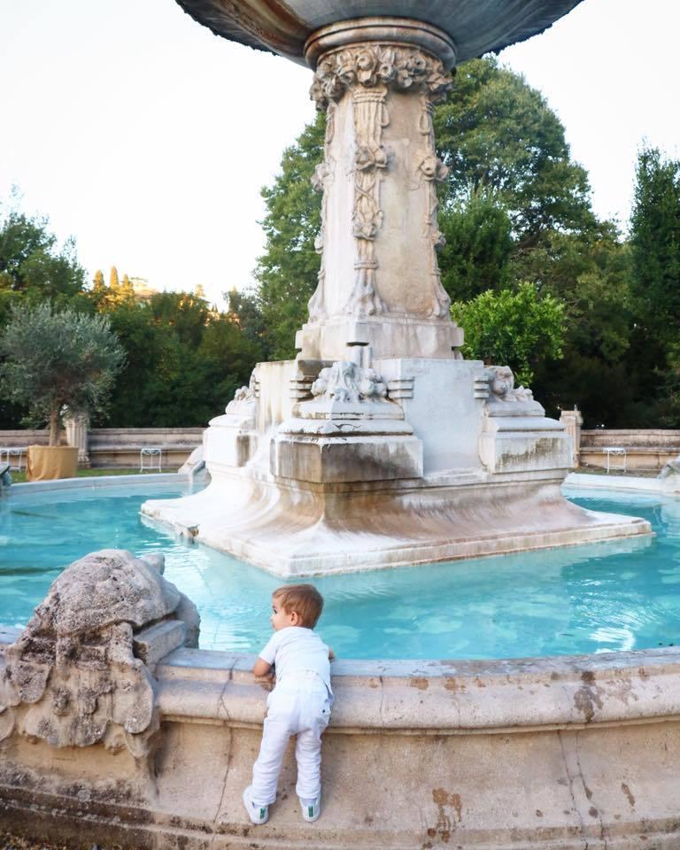 enfant devant fontaine a rome