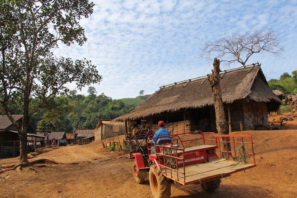 tracteur dans un village au laos voyage en famille