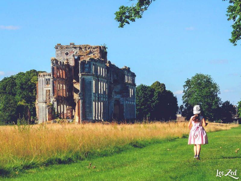enfant devant chateau de ferté vidame en normandie voyage en famille