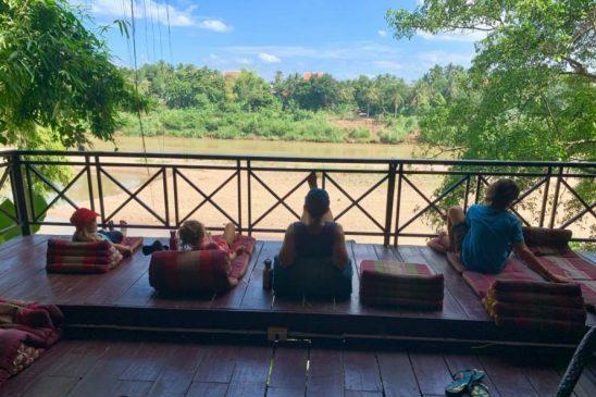 enfants devant la rivière au laos voyage en famille