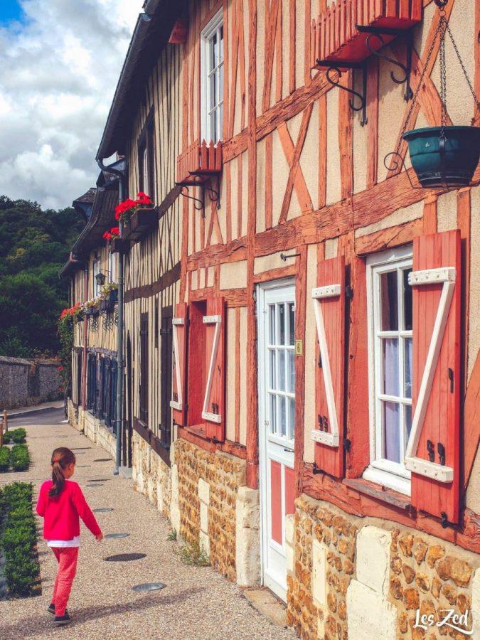 enfant devant village du bec hellouin en normandie voyage en famille