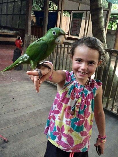enfant en amazonie avec un perroquet