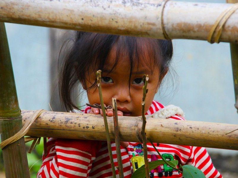 fillette au laos voyage en famille