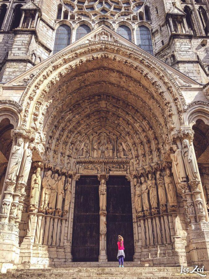 enfant devant cathédrale de chartres voyage en famille