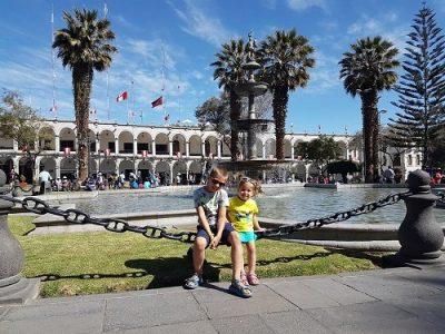 enfant sur plaza armas arequipa au perou