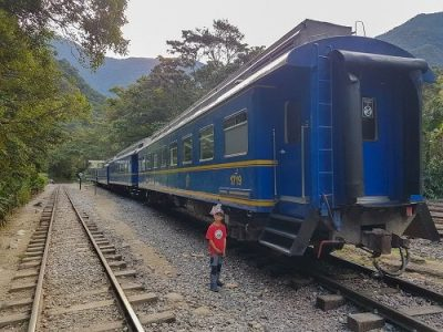 enfant devant un train au pérou