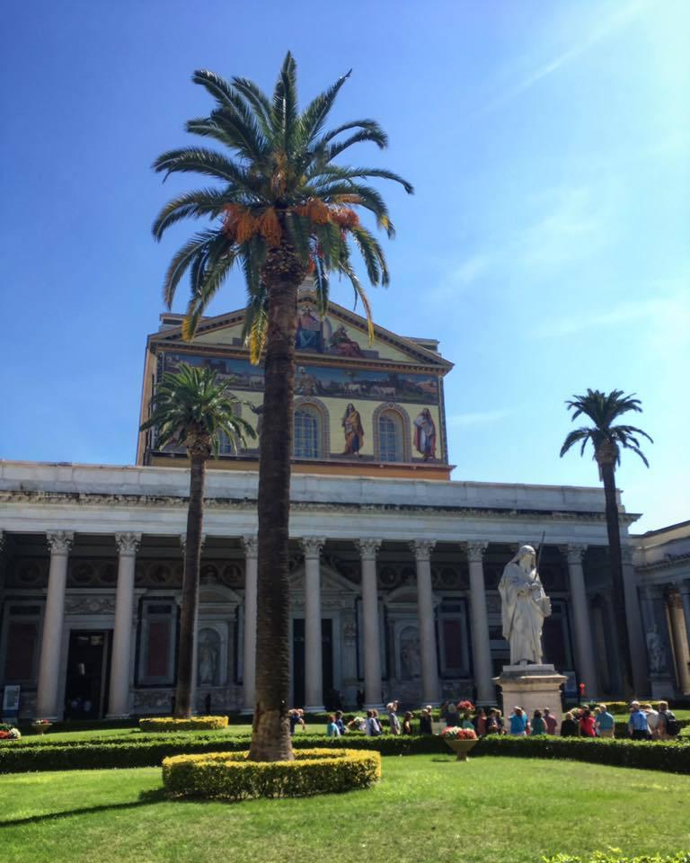 place avec palmier à rome en italie voyage en famille