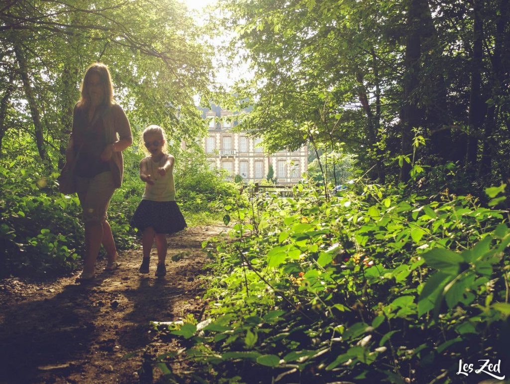 maman et enfant en promenade en foret en normandie voyage en famille
