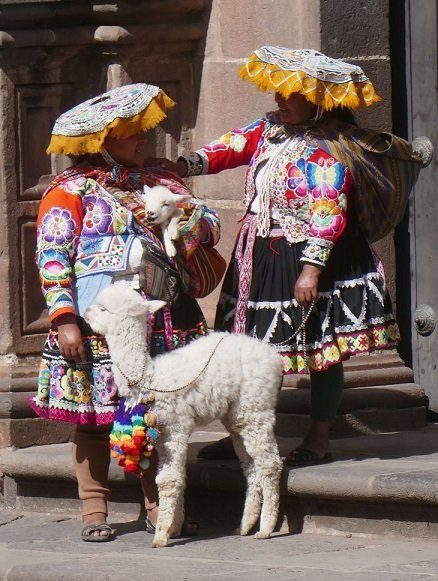 femme peruvienne en tenue traditionnelle