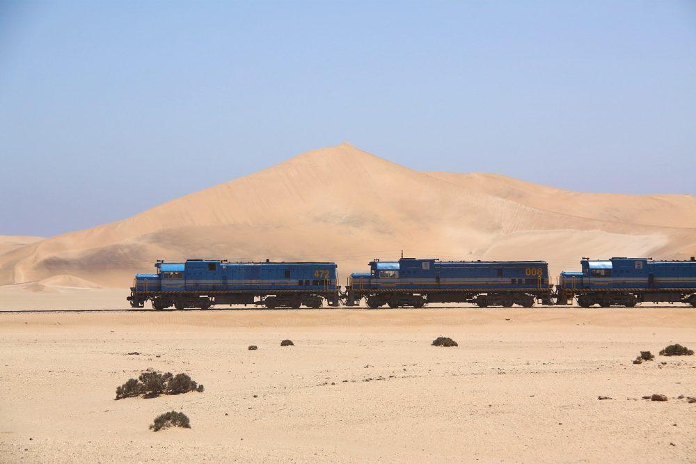 train dans les dunes