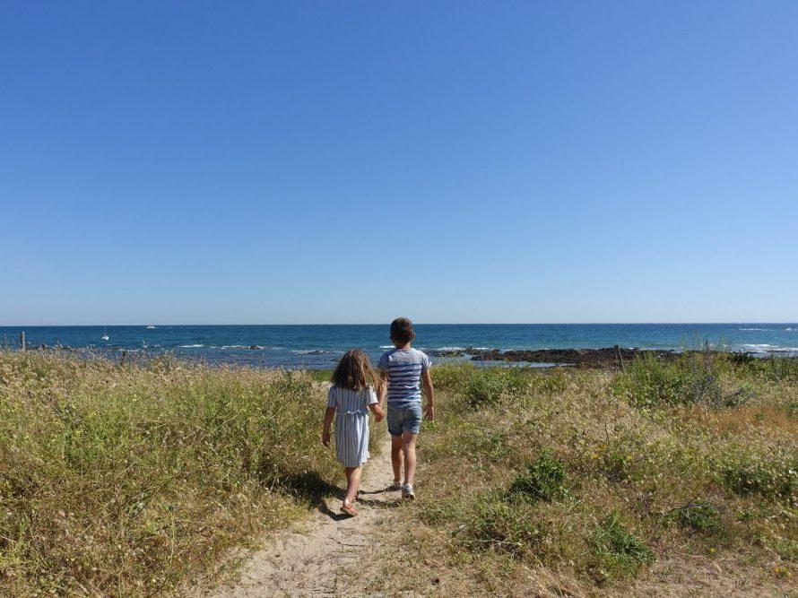 enfants devant l'océan en vendée voyage en famille