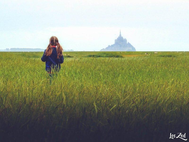 fillette devant le mont saint michel normandie voyage en famille