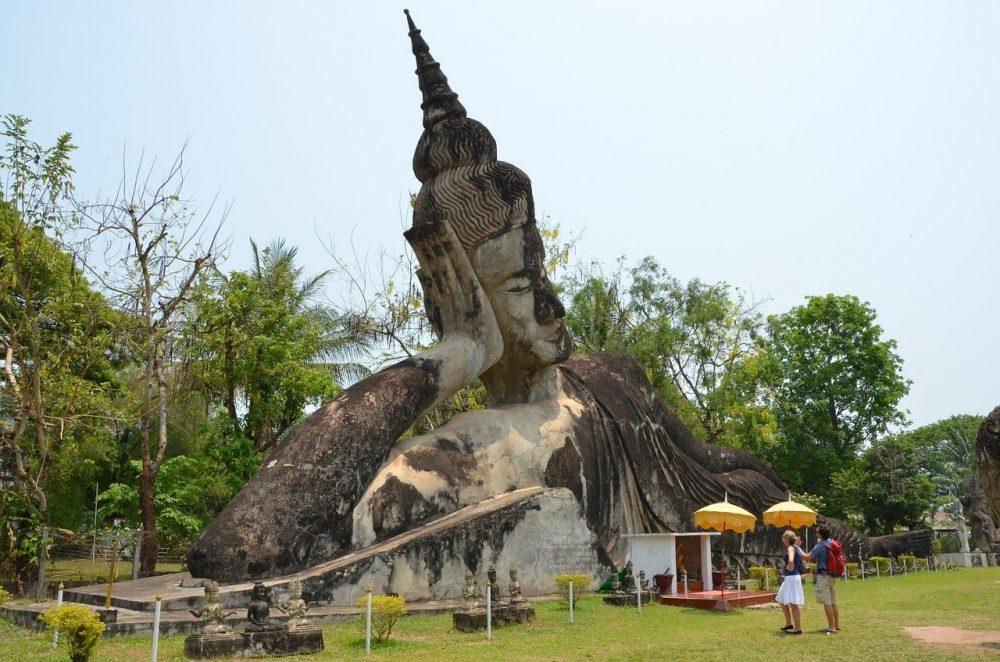 bouddha dans un parc au laos voyage en famille