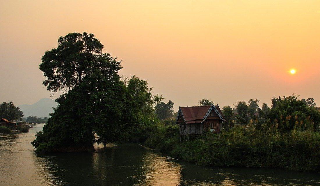 coucher de soleil sur le mekong au laos voyage en famille