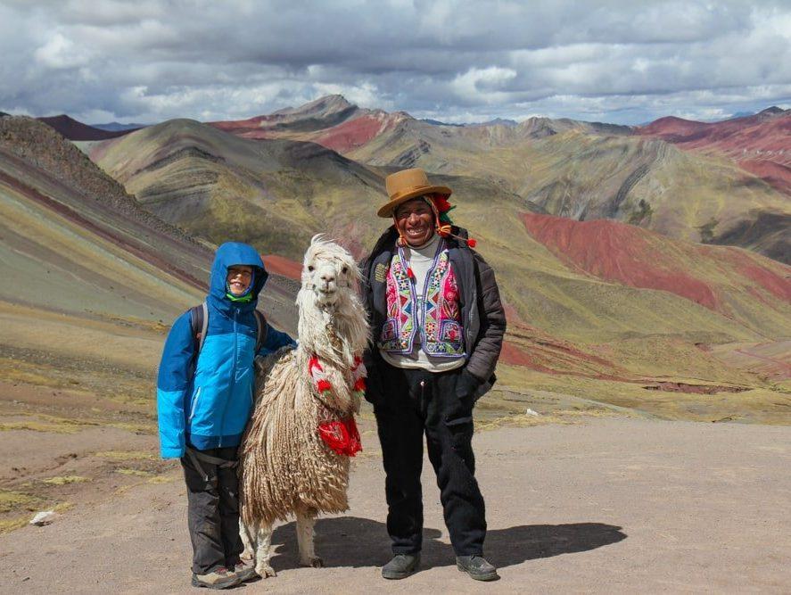 enfant avec un alpaca sur montagne palcoyo au Pérou