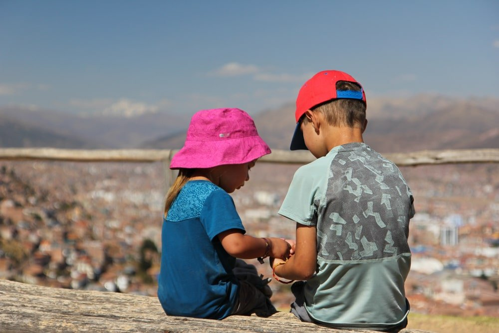 enfant devant paysage pérou canyon colca