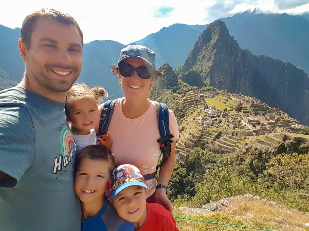 famille devant machu picchu au pérou