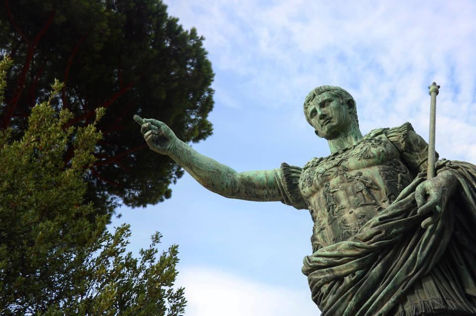 statue de jules cesar a rome en italie voyage en famille