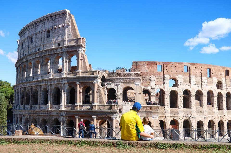 enfant et son papa devant le colisée à Rome italie voyage en famille