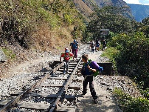 enfant qui marchent sur une voie ferrée