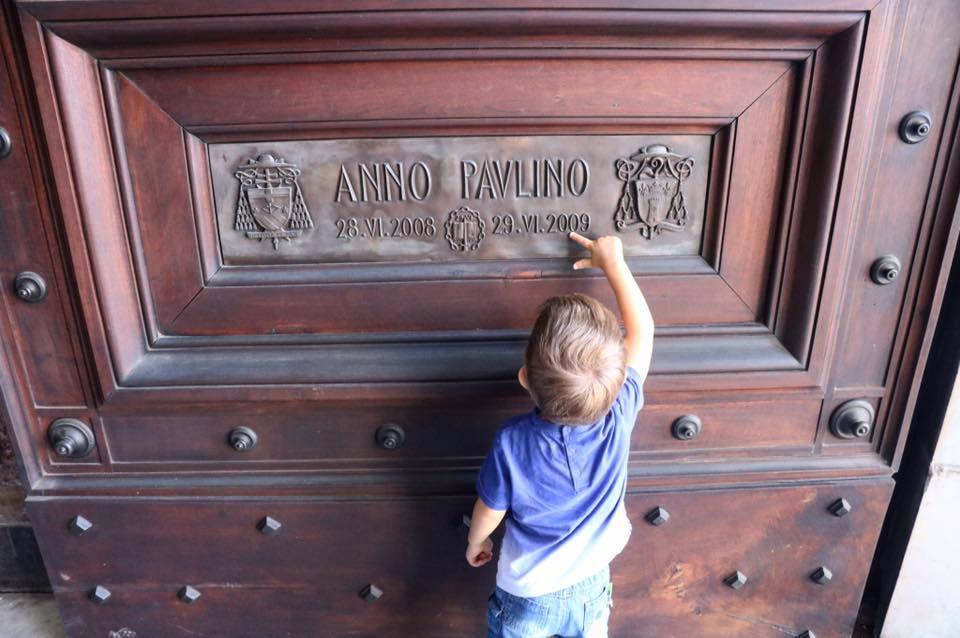 enfant en visite à rome italie voyage en famille