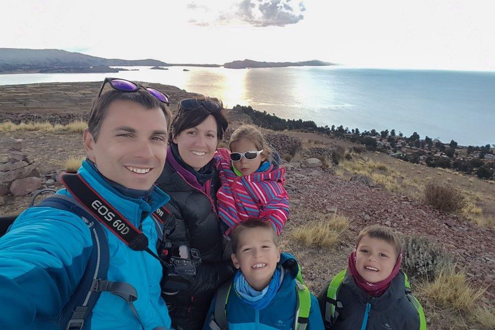 famille au pérou devant le lac titicaca