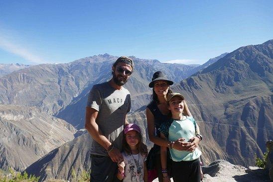 famille au pérou devant canyon de colca