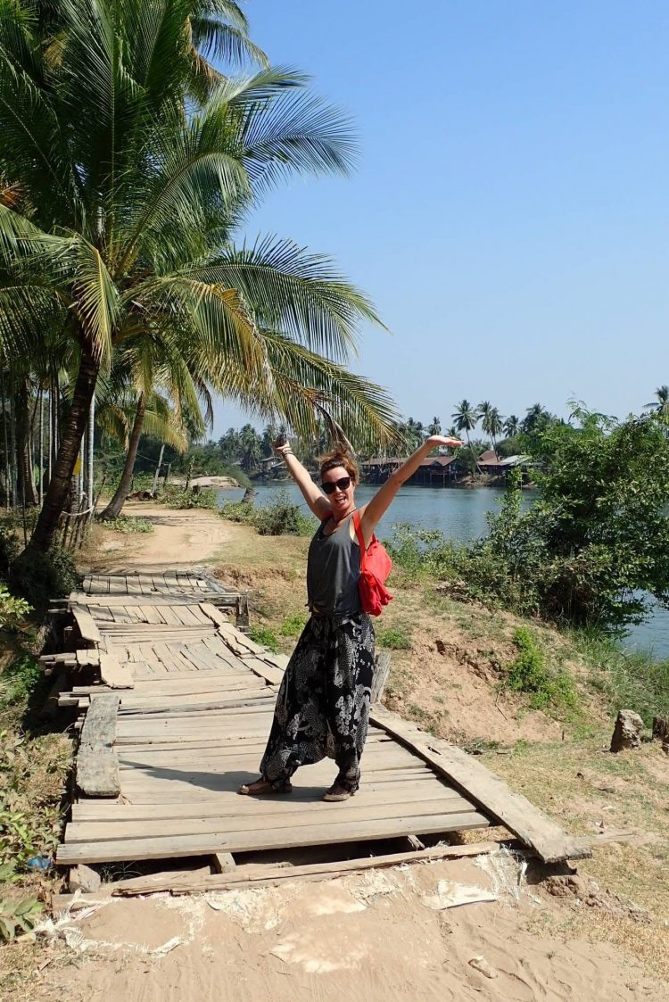 femme heureuse sur les 4000 iles au laos voyage en famille