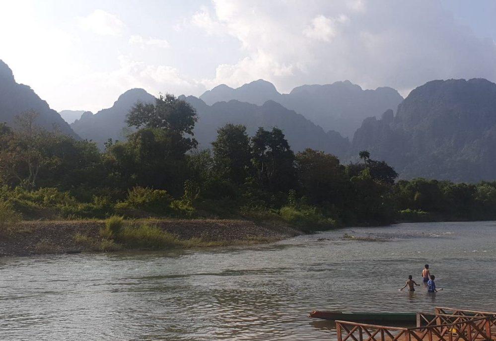 baignade dans le mekong au laos voyage en famille