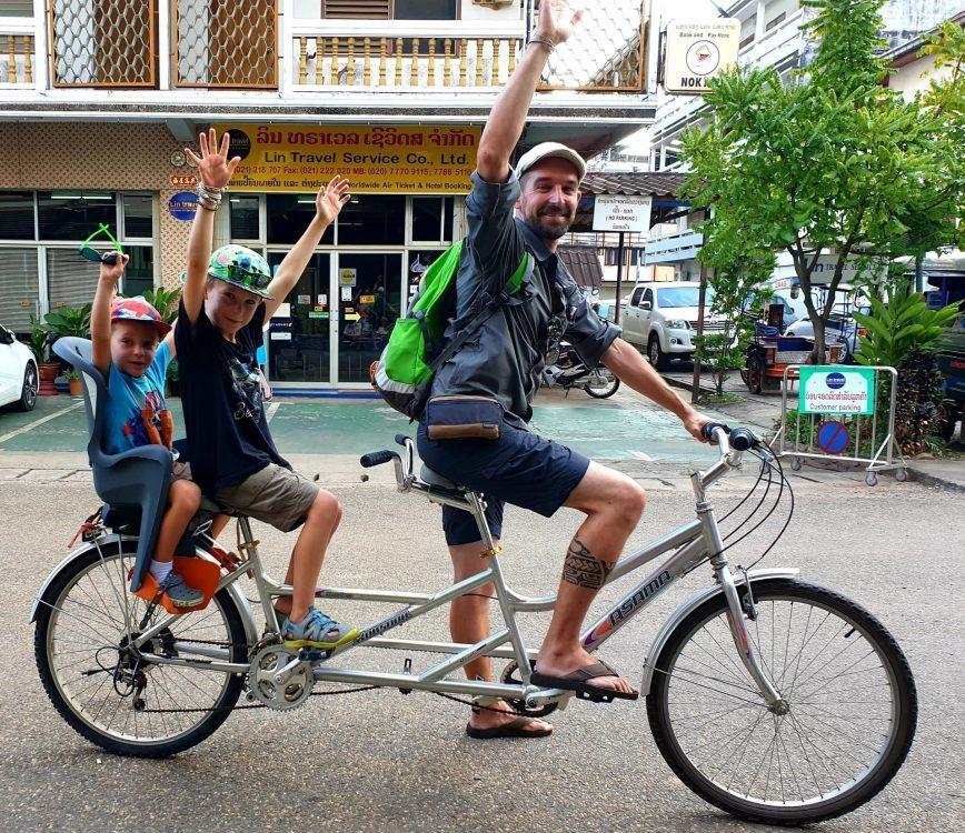 famille en vélo au laos voyage en famille